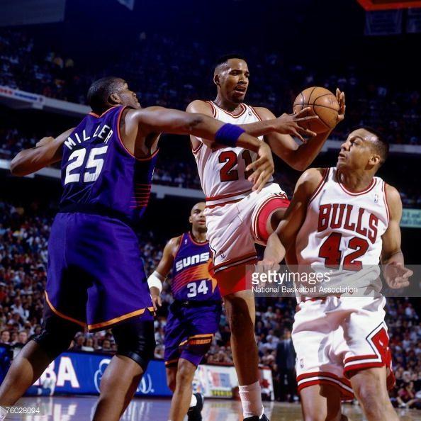Fotografia de notícias : Stacey King of the Chicago Bulls drives to the...