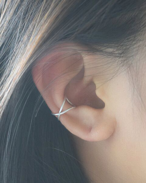 Cette manchette d'oreille fil croisé à la main sera votre accessoire préféré prochaine. Porter cette boucle d'oreille de manchette fil sillonnent en argent, or ou rose or. La pellicule de petite oreille est léger et destinés à être portés sur la zone de helix cartilage de l'oreille. Aucun perçage n'est nécessaire.  Offert en une seule boucle doreille.  Votre achat est livré dans une belle boîte déjouée argent brillante qui est prête à offrir en cadeau ou à garder pour soi.  Matériaux : or…