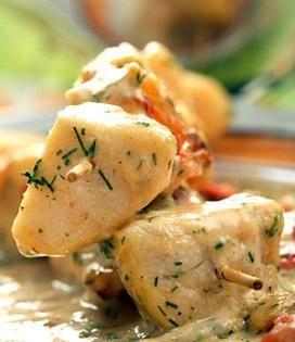 Un savoureux poisson présenté en brochettes et marié au vin blanc