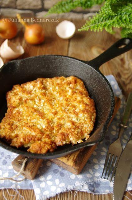 4 kotlety ze schabu 2 szklanki mleka 2 cebule sól pieprz świeżo mielony 2 jajka 1/2 szklanki bułki tartej 3 łyżki płatków owsianych 1/2 szklanki mąki olej do smażenia