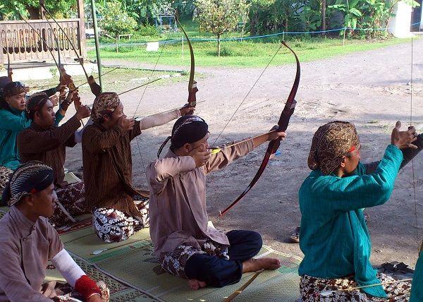 Posisi pemanah saat melepas anak panah dengan duduk bersila