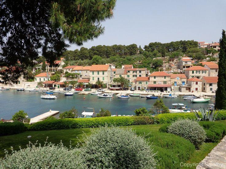 Maslinica auf Insel Solta, ein beliebter hafen stadt für yachts