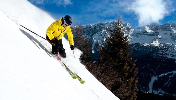 Alpresors guide testar snön. Skiing Snow winter STS Alpresor puder skidresa Alperna