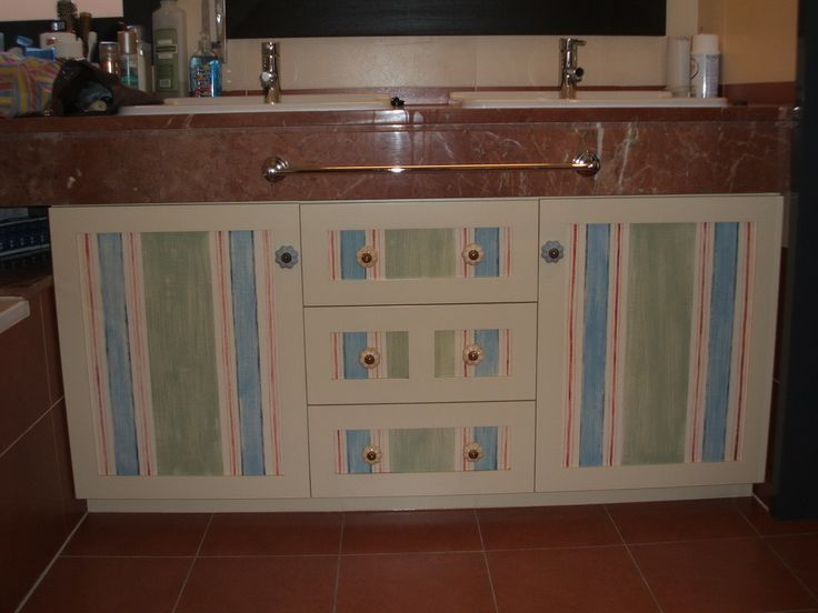 Mueble con puertas y cajonera pintada a mano.    www.careba.es
