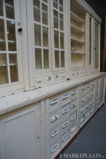 Prachtige oude brocante apothekerskast; wandvullend :-) Deze kast was verkrijgbaar bij www.old-basics.nl Regemlatig zijn daar unieke oude grote kasten te vinden en worden meubels geheel naar wens op maat gemaakt!