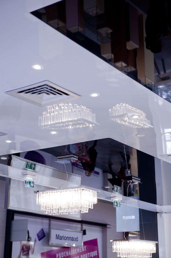 Plafond tendu laqué noir et blanc pour une bijouterie avec intégration des spots et des luminaires