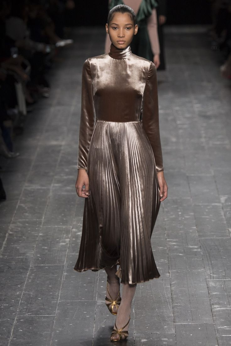 Valentino Fall 2016 Ready-to-Wear Fashion Show - Lineisy Montero (Next)