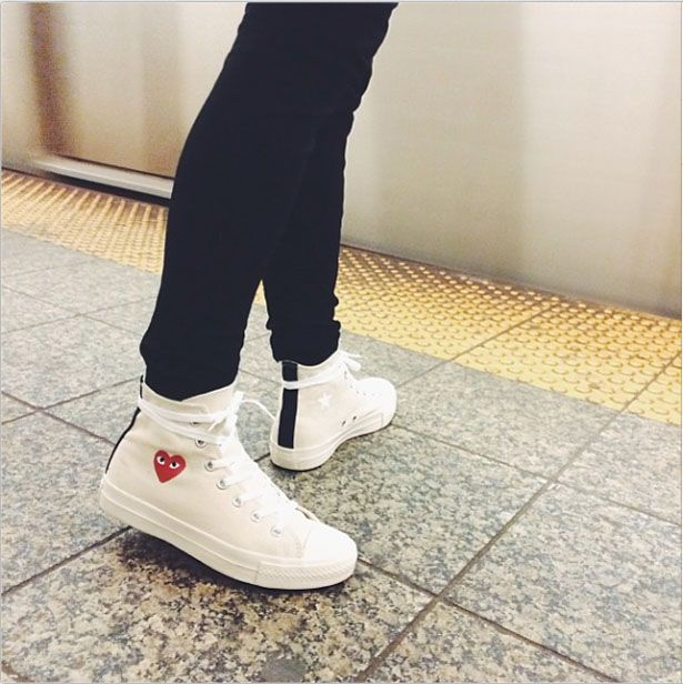 white converse low tops jeans