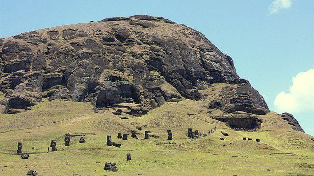 El volcán Rano Raraku fue la cantera donde se esculpían los gigantescos moai de la Isla de Pascua y desde allí eran llevados a través de toda la isla, de un modo que todavía no se termina de aclarar. Otro de los misterios del pueblo Rapa Nui
