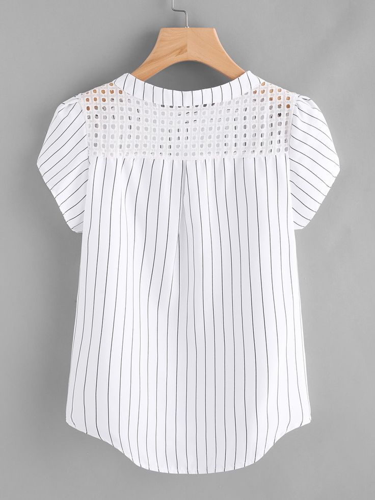 Blusa de rayas con manga pétalo y panel de bordado con ojal 7.92€