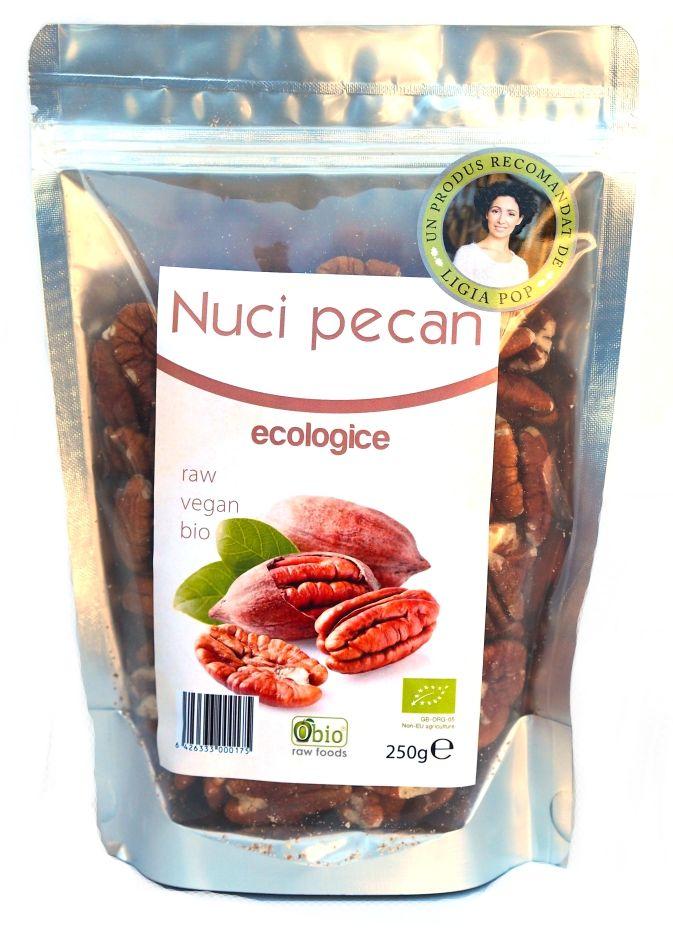 Nuci pecan bio 250 g. Nucile pecan sunt preferatele aborigenilor de secole in America. Sunt o importanta sursa de energie, avand peste 690 calorii la 100 g produs.  Produs certificat organic.