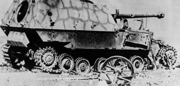 """Selbst die schweren Jagdpanzer """"Ferdinand"""" blieben im sowjetischen Abwehrfeuer liegen. Mehr als 30.000 Geschütze hatte die Rote Armee in Stellung gebracht."""
