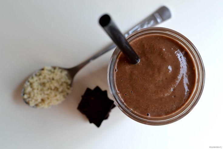 Gęstykoktajl śliwka w czekoladzie na bazie suszonych śliwek i kaszy jaglanej. Na deser albo na śniadanie. Kilka składników i chwilablendowania:) Wykonanie: Suszone śliwki zalewam szklanką wody na noc lub na min. na dwie godziny. Blenduję śliwki (razem z wodą, w której się moczyły) zmlekiem roślinnym i kakao. Stopniowo dodaję ugotowaną kaszę jaglaną i blenduję do […]
