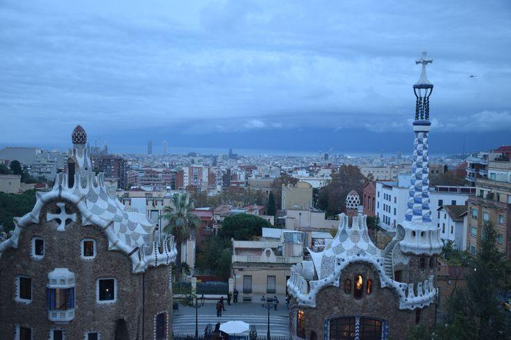 Esto foto demuestra el estilo modernisto en dos casas en Parc Guell. Los azulejos en los techos de las casa, los ladrillos, y el cruz arriba del techo en la casa a la derecha significa que estas casas son modernismes. La creatividad artistica que los casas tienen en sus formas, colores, y materiales atractan a mucha gente para verlos - por eso, Parc Guell es un gran atracción de Barcelona.