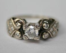 Antieke Art Deco 18 kt Witgoud verlovingsring met een zeer mooie solitaiere briljant ca.0,30ct.G/VS en  10 kleine diamanten, totaal ca.0,55 Ct. diamanten