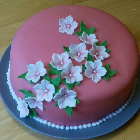 Magdalena Luikert, konsulent hos SugarKitchen har gjort denna fantastiska tårta! Boka en visning hemma hos dig hos kundtjanst@sugarkitchen.se