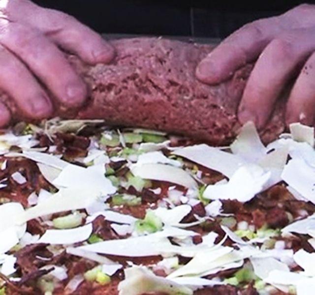 """Darált húsból sok ételt lehet készíteni, kerülhet tésztára, tojással, kenyérrel, fűszerekkel összedolgozva pedig ízletes fasírttá alakul. De nem kell feltétlenül """"kötőanyagot"""" adni ahhoz, hogy egyben maradjon. Sőt! Ízletes hozzávalókkal megtöltve, feltekerve és megsütve, egészen különleges, semmihez nem hasonlító fogást készíthetsz belőle."""
