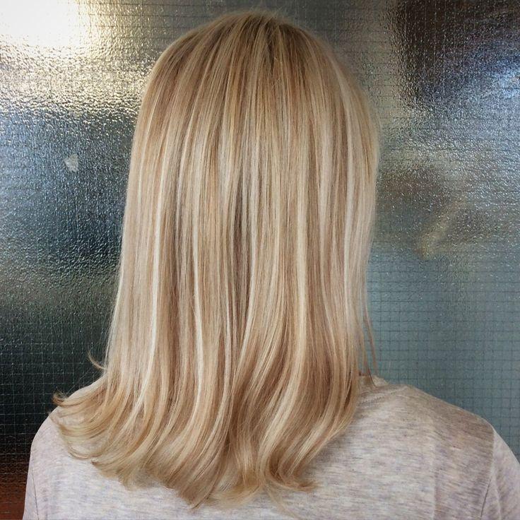 Caramel lowlights with some blond babylights - vaaleat ja kinuskin väriset raidat #vaaleathiukset #ruskeatraidat