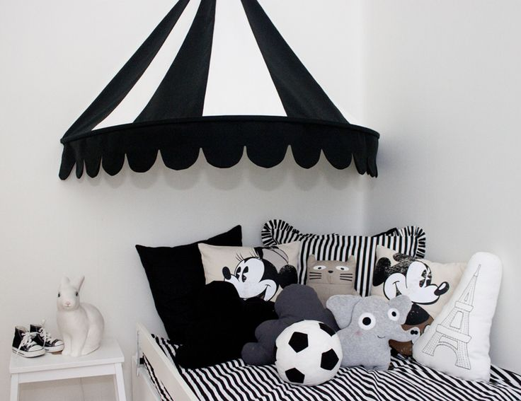 sänghimmel m instruktion. Black and white kids room. Striped circus canopy. Mickey Mouse cushions.
