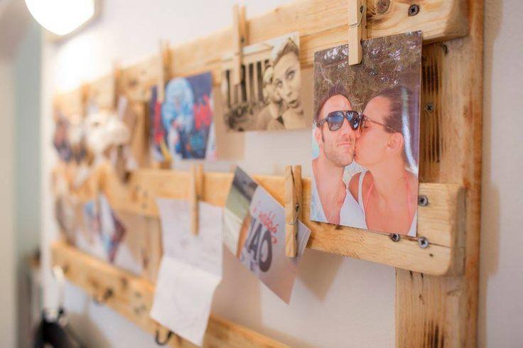 Un bancale di legno trasformato in porta fotografie