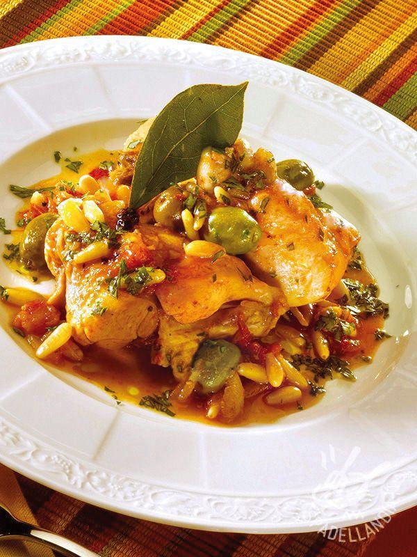 Ecco un piatto della tradizione contadina toscana, terra nella quale la carne di coniglio è molto apprezzata: il gustosissimo Coniglio alle olive e pinoli!