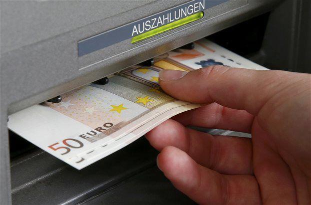 Το ενδεχόμενο χρεοκοπίας εκτίναξε τις εκροές καταθέσεων