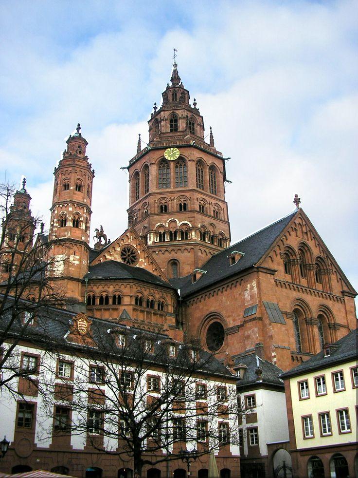 Catedral de Maguncia (em alemão:Mainzer Dom) / Foi inaugurada em 1009 / http://upload.wikimedia.org/wikipedia/commons/7/77/MainzerDom_sw_neu.jpg
