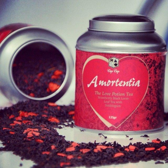 Amortentia: Μαύρο τσάι με άρωμα φράουλα, καρδιές απο ζάχαρη και άρωμα τσιχλόφουσκα! Αναζητήστε το στα ράφια μας.