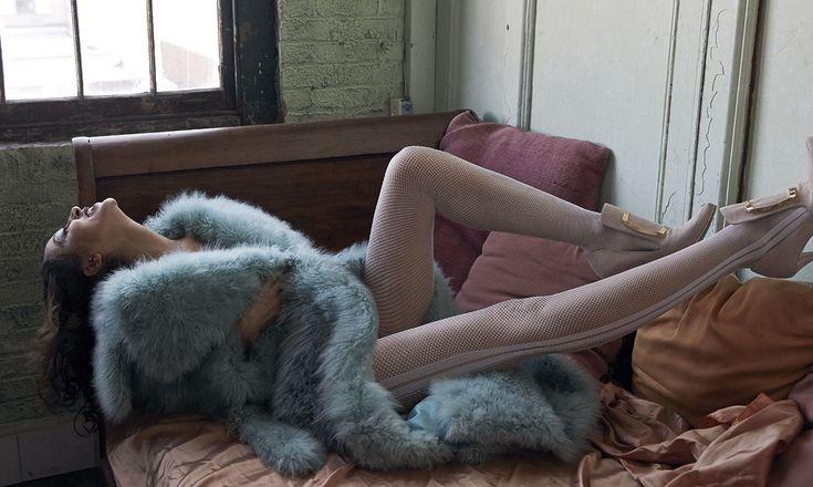 Abrigo de pelo de BLUMARINE (c.p.v.), zapatos de terciopelo con lengüeta estilo Luis XVI de BALMAIN (999€) y medias de WOLFORD (39,90€).