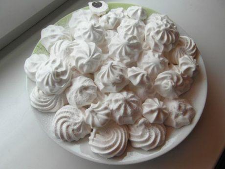 ДОМАШНИЙ ЗЕФИР     Низкокалорийный десерт, который содержит всего 80 ккал на 100 гр, легко приготовить самостоятельно. Кроме того что такая сладость не навредит фигуре, она еще и безумно вкусная!     Какие продукты понадобятся:     - кефир - 1 л;   - сметана нежирная - 3/4 стакана;   - сахар - 1 стакан;   - желатин - 2 ст. л;   - вода - 2 стакана;   - ванильный сахар - 1/2 пакетика.     Способ приготовления:   1) Желатин замочить в теплой воде на 30-40 минут, затем на медленном огне, не...