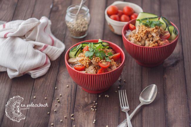 Jeśli lubicie czosnek na pewno to danie kuchni tajskiej będzie Wam smakować :) Kurczak ze smażonym czosnkiem jest przepyszną propozycją na prosty i szybki obiad. Przepis na www.napaleczkach.pl | kuchnia tajska
