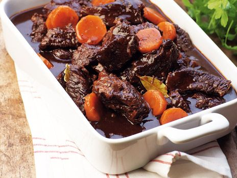 Kalops på högrev som serveras med kokt potatis och inlagda rödbetor. Receptet är hämtat ur boken Matglädje hela livet.