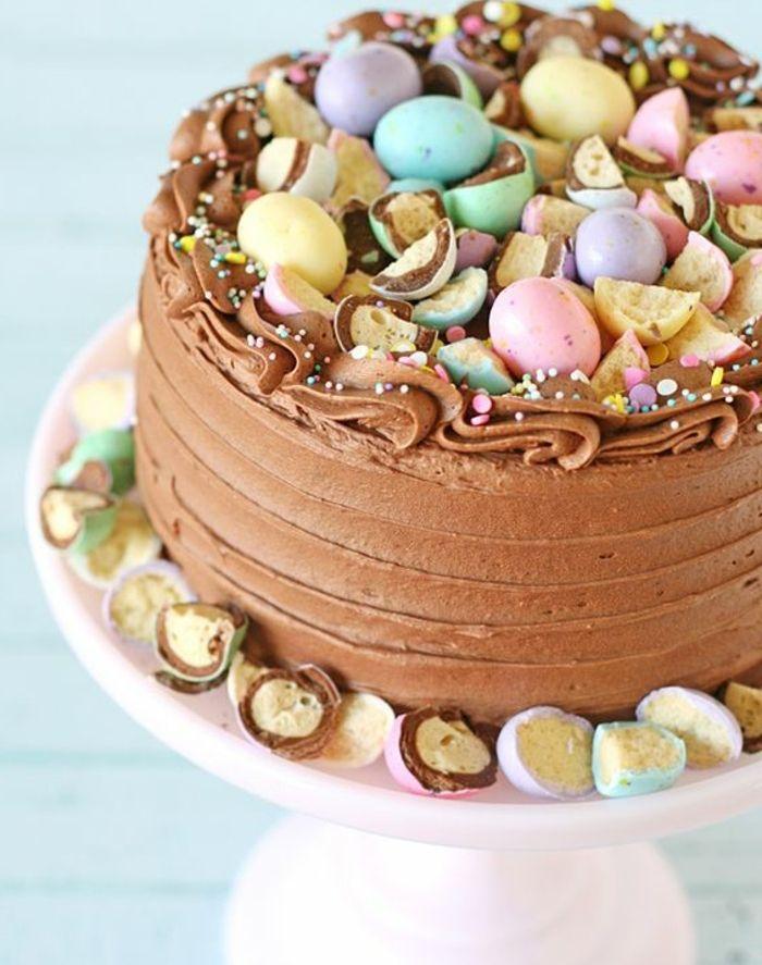 gateau nid de paques au chocolat avec des oeufs au chocolat écrasés, idée de dessert pour votre menu de paques