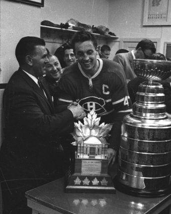 Maurice Richard félicite Jean Béliveau après la victoire au 7e match de la finale de la coupe Stanley contre les Blackhawks de Chicago au Forum de Montréal. 1er mai 1965
