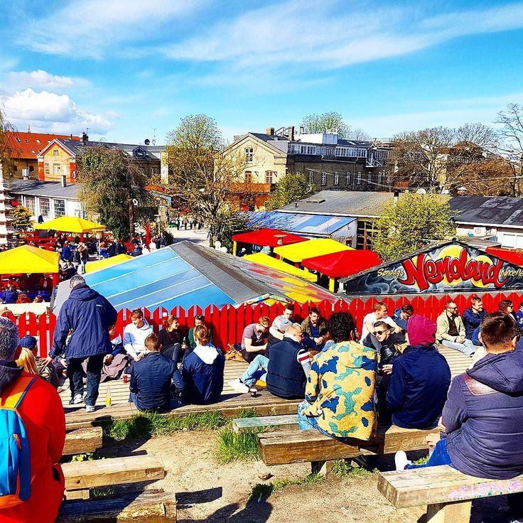 Als of er hier altijd een festival aan de gang is #Christiania Een door krakers onafhankelijk verklaarde wijk/stad in #Kopenhagen.  #Anarchie #hippie #provo #travel #denemarken #gezellig #biertjes #anarchy #Christianshavn #sun #krakers #freetown #weekend