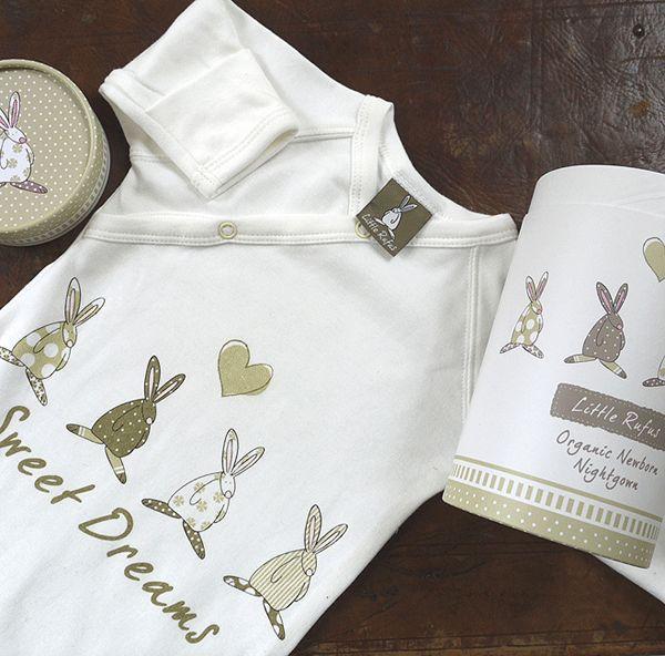 Rufus Rabbit Babysovepose - nattpose i 100% økologisk bomull - til både små jenter og gutter. Størrelse: 0-3 måneder. Med omslag på ermene for at babyene ikke klorer seg og omslag nede på posen slik at det er lett og skifte bleier om natten.