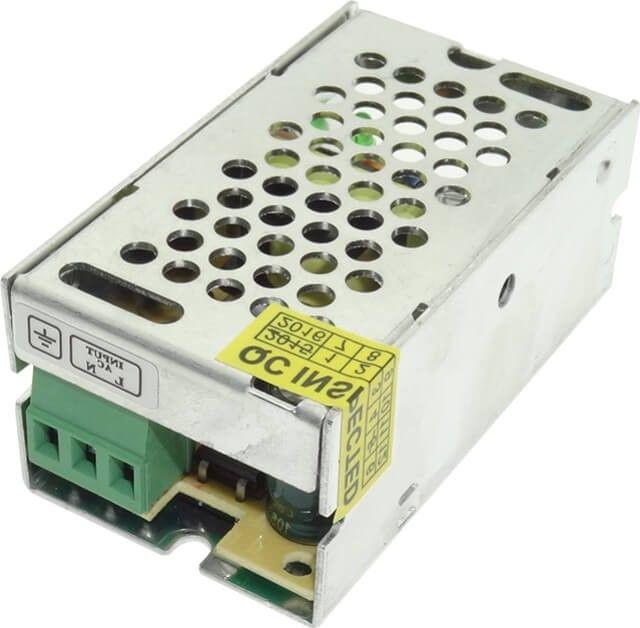 Sursa de alimentare de pentru banda LED alimentata la tensiune 12V si putere maxima de 15W, este cea mai mica din gama, necesara pentru lungimi reduse de banda LED.