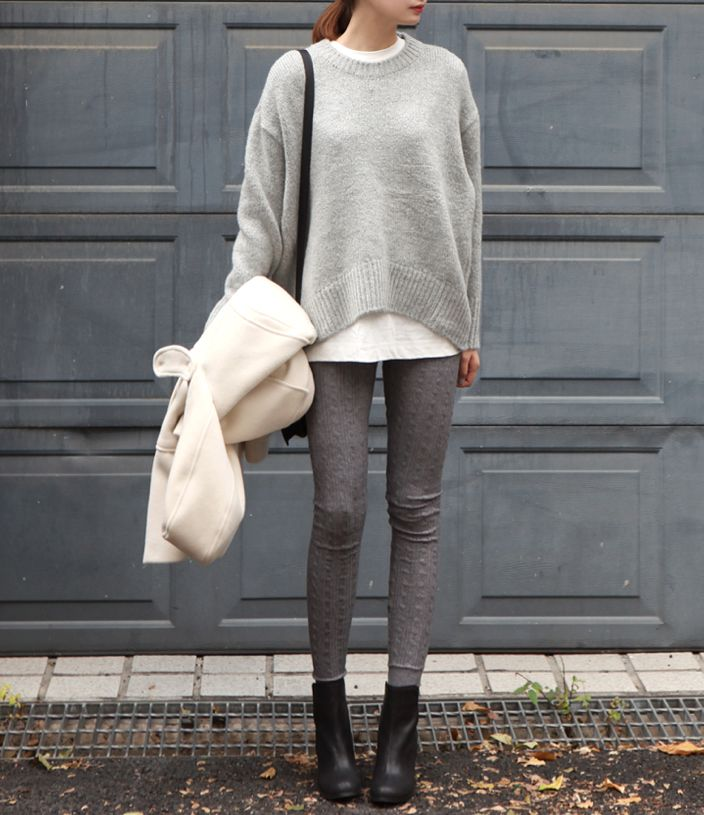 Herbst / Winter - casual - dunkelgraue Skinny-Jeans, weißes langes Top, grauer Pulli, schwarze Boots