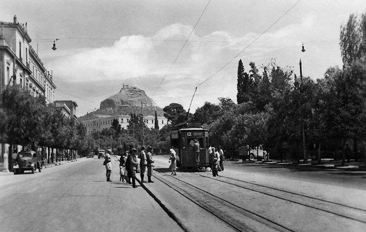 Περπατώντας ή παίρνοντας το τραμ στη Λεωφόρο Αμαλίας. Ο δρόμος που ακουμπά στη Πύλη του Αδριανού και το Ζάππειο, που υποδέχεται τη Διονυσίου Αρεοπαγίτου συμπεριλαμβάνεται στη μεγάλη αστική παρέμβαση για να ξαναγίνει ανθρώπινο το κέντρο της πόλης ενώνοντας μοναδικής αξίας αρχαιολογικούς χώρους, μουσεία και πολιτιστικά μονοπάτια της Αθήνας. Η παρέμβαση κάνει τη διαδρομή: Λεωφόρος Αμαλίας, Πανεπιστημίου, Πλατεία Δικαιοσύνης, Ομόνοια, Πατησίων, Αρχαιολογικό Μουσείο, Πλατεία Αιγύπτου.