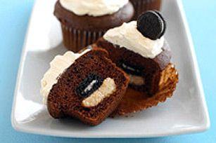 Chaque petit gâteau au chocolat renferme une garniture crémeuse au beurre d'arachide et, comme surprise, un biscuit.
