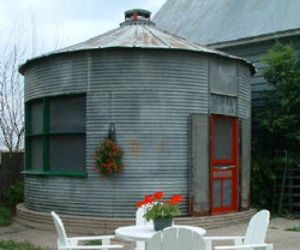 silo/grain bin turned home... unique!: Idea, Silo House, Chicken Coops, Grains, Tiny Houses, The Farms, Pools Houses, Metals Building, Tiny Home