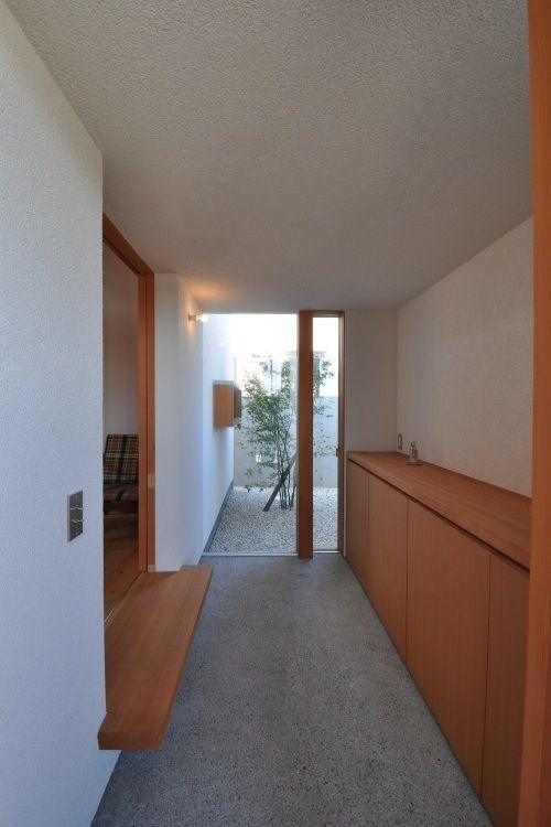 坪庭のもみじが迎える玄関ホール(『可児の家』開放感溢れるナチュラルな住まい)- 玄関事例