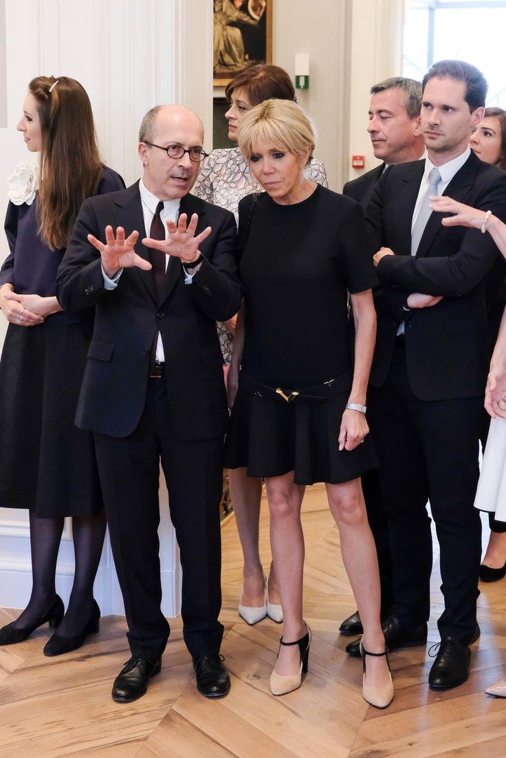 Les premiers pas officiels de Brigitte Macron en tant que...