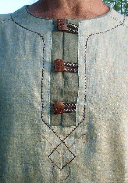 Купить или заказать Костюм мужской льняной 'Богатырь' в интернет-магазине на Ярмарке Мастеров. Рубашка и брюки сшиты из беларусского льна Особый покрой рубашки обеспечивает хорошую посадку по фигуре.Горловину можно сделать на шнуровке, можно - без, или на пуговицах. Рельефные швы и шов на рукаве украшены бахромой контрастного цвета ручной работы. На брюках в области коленей используется складка из контрастной ткани и отстрочка, чтобы предотвратить провисание при носке.