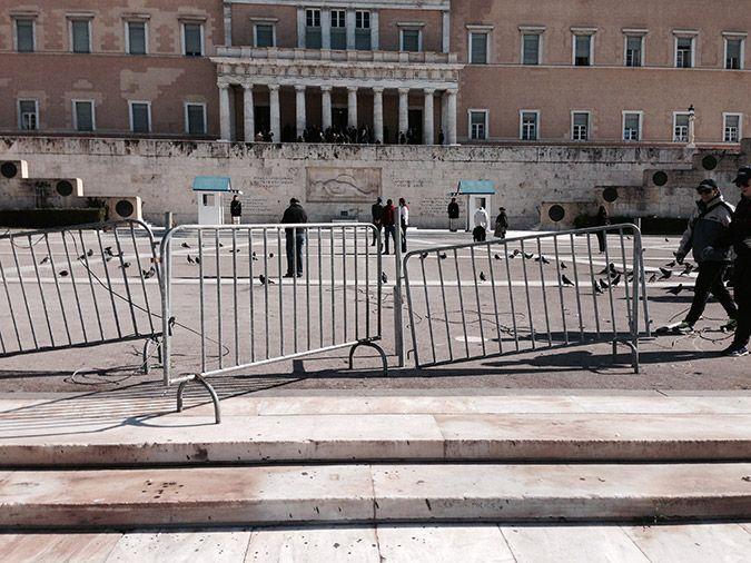 Ξήλωσαν επιτέλους τα κάγκελα από την πλατεία Συντάγματος (Φωτογραφίες)