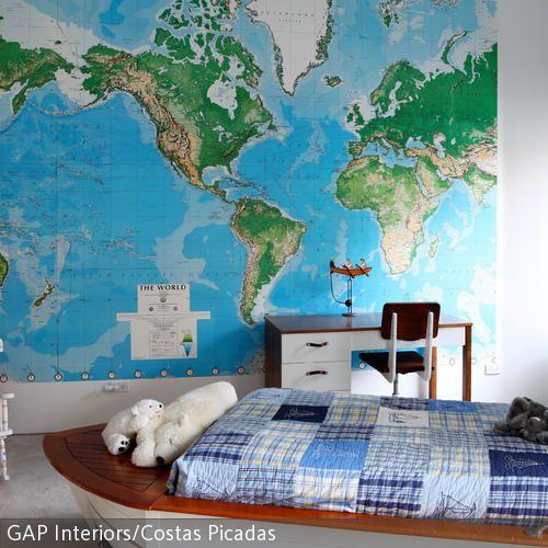 Dieses Kinderzimmer überzeugt mit einem coolen Holzbett in Bootform. Der maritime Stil wird mit blau-weißer Bettwäsche und weiß lackierten Holzmöbeln perfekt! #roomido Mehr auf roomido.com