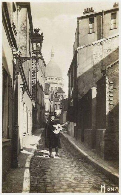 """rue Saint-Rustique - Paris 18e La rue Saint-Rustique et un """"artiste"""", évidemment... (carte postale, vers 1920)"""
