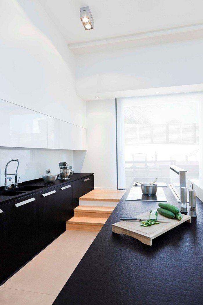 küchenoberschränke in hochglanz weiß mit unterschränken in matt-schwarz kombiniert