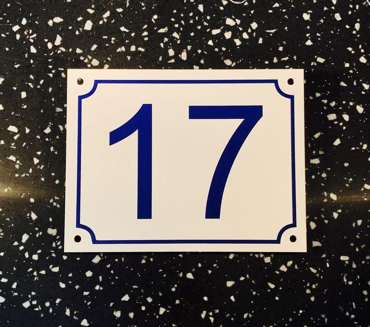 Fasadnummerskylt. Vit blank plåt med tryck i marinblått. Hål för uppsättning. Storlek 13x10cm.