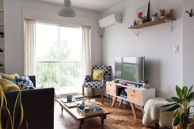 e Na sala de estar pequena que vamos analisar hoje, a escolha foi bem navy: cinza, azul marinho, amarelo e branco. E para aumentar as cores neutras, o amadeirado.